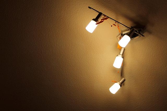 4 stropní svítidla na kovové tyči