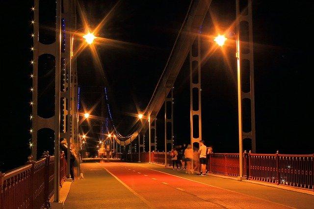 osvětlená silnice na mostě.jpg