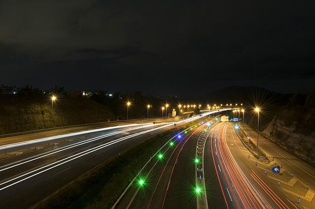 večerní automobilový provoz na dálnici.jpg