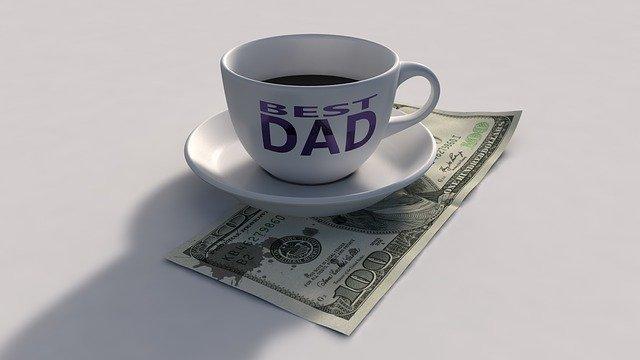 """hrnek a bankovka, 100 dolarů, nápis """"best dad"""""""