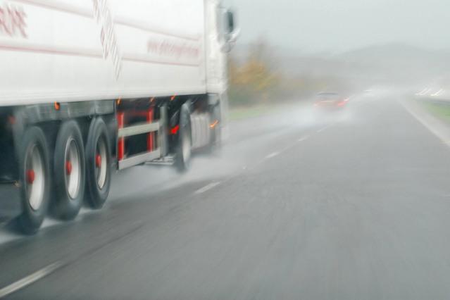 jízda kamionu za deště